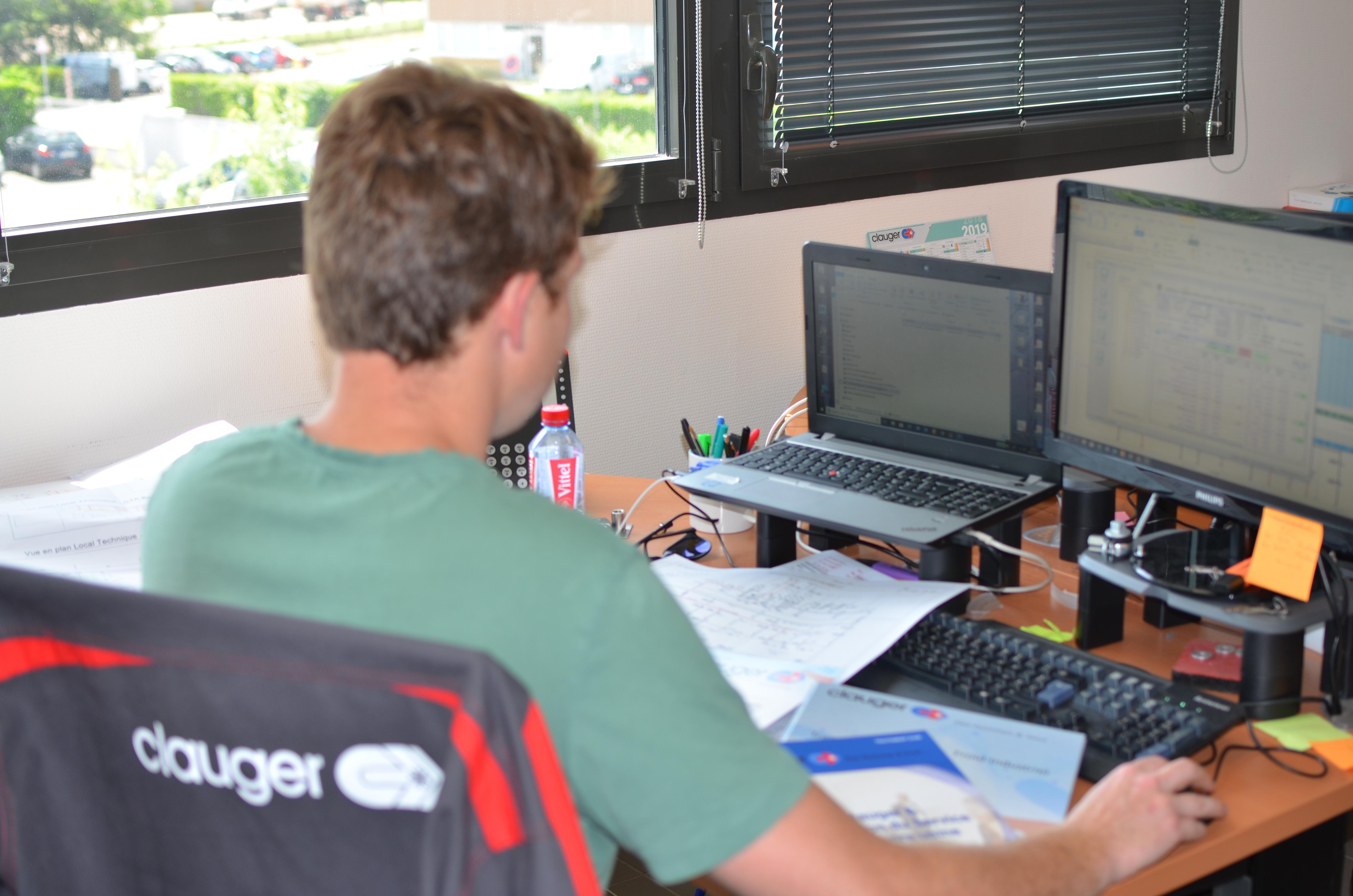 Technicien réalisant une E-Visite ou visite de maintenance à distance